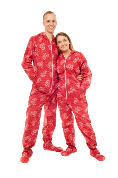 Red Snowflake Hearts Kajamaz: Flannel FOOTED PAJAMAS FOR ADULTS